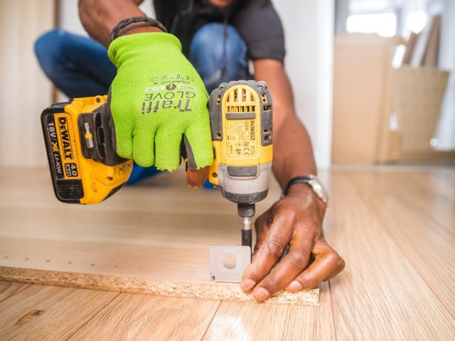 https://edilissimo.it/wp-content/uploads/2019/04/person-using-dewalt-cordless-impact-driver-on-brown-board-1249611-3-640x480.jpg
